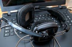Черные большие наушники dj вышли на компьтер-книжку после смешивая музыки Стоковое Изображение RF