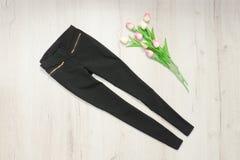 Черные брюки и букет тюльпанов модная концепция стоковое фото rf