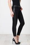 Черные брюки на белизне стоковые изображения