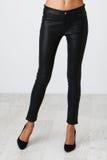 Черные брюки на белизне стоковое фото