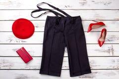 Черные брюки с подтяжками и красными аксессуарами стоковая фотография