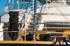 Черные веревочки на яхте для причаливать Стоковые Фото