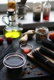 Черные вермишель риса и овощи на таблице, бутылки уксуса на windowsill азиатская кухня Стоковое Изображение