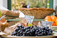 Черные виноградины в магазине Стоковое Изображение RF