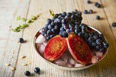 Черные виноградины и индийская смоква, селективный фокус Стоковые Изображения RF