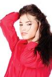черные волосы вручают ее красную женщину рубашки Стоковая Фотография