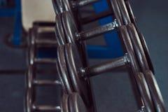 Черные гантели на счетчике в спортзале Стоковое фото RF