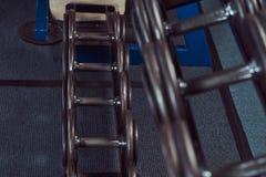 Черные гантели на счетчике в спортзале Стоковое Фото