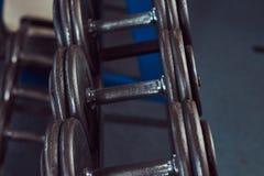 Черные гантели на счетчике в спортзале Стоковые Изображения