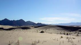Черные горы и песок Стоковые Изображения