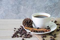 Черные горячие кофе и кофейные зерна стоковые фотографии rf