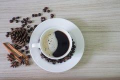 Черные горячие кофе и кофейные зерна стоковое изображение rf