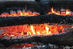 Черные горящие тлея угли и оранжевый огонь стоковое фото