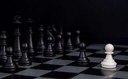 Черные диаграммы шахмат на борту Черные диаграммы строка шахмат на checkered доске Стоковая Фотография RF