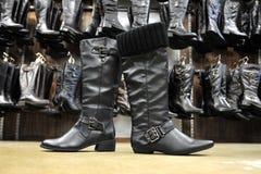 Черные женские кожаные ботинки Стоковое Изображение