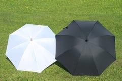 черные зонтики белые Стоковые Изображения