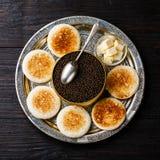 Черные икры чонсервная банка внутри, масло и здравица свежего хлеба Стоковые Изображения RF