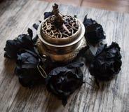 Черные искусственные цветки с горелкой ладана Стоковая Фотография