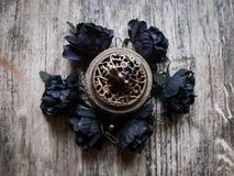 Черные искусственные цветки с горелкой ладана Стоковые Фотографии RF