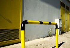 Черные и желтые перила улицы с желтыми дверями стоковое фото rf