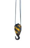 Черные и желтые краны закрепляют смертную казнь через повешение на стальных изолированных веревочках Стоковое Фото