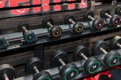 Черные и стальные гантели в спортзале: Оборудование фитнеса веса Стоковые Изображения