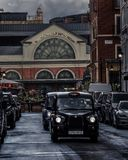 Черные кабины в центральном Лондоне, Великобритании стоковые фотографии rf