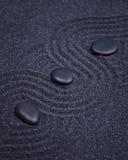 Черные камни выровнянные в черном саде Дзэн Стоковые Фото