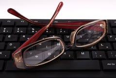 Черные клавиатура и стекла компьютера Стоковые Изображения