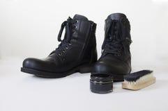 Черные кожаные ботинки, щетка и сливк. Стоковые Фото