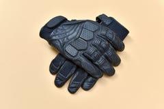 Черные кожаные перчатки для ехать мотоцикл или велосипед Стоковые Изображения