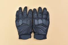 Черные кожаные перчатки для ехать мотоцикл или велосипед Стоковые Фотографии RF
