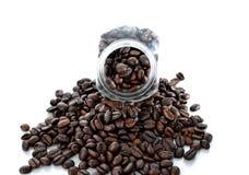 Черные кофейные зерна изолировали белую предпосылку Стоковые Изображения RF