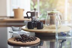 Черные кофейные зерна стоковые изображения rf