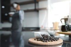 Черные кофейные зерна стоковое изображение