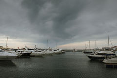 черные облака над морем Стоковое Изображение