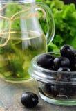 черные оливки оливки масла бутылки Стоковая Фотография RF