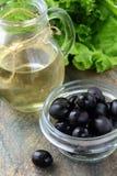 черные оливки оливки масла бутылки Стоковые Фотографии RF