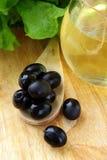 черные оливки оливки масла бутылки Стоковое Изображение RF