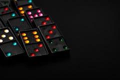Черные домино цвета с красочной игрой точки соединяют Стоковое Фото