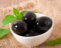 Черные оливки стоковые изображения