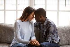 Черные пары в влюбленности имеют дату дома стоковое изображение