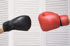 черные перчатки бокса красные конфронтация Белая предпосылка стоковое фото rf
