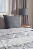 Черные подушки устанавливая на серую спальню постельных принадлежностей цветовой схемы Стоковые Фотографии RF
