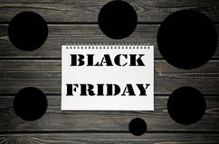 Черные продажи пятницы рекламируя плакат на черной деревянной предпосылке Стоковые Изображения RF
