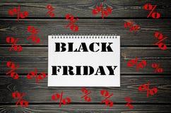 Черные продажи пятницы рекламируя плакат на черной деревянной предпосылке Стоковая Фотография