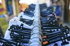 Черные пластичные вешалки с одеждой Стоковое Изображение