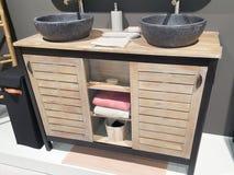 Черные раковины в современном промышленном деревянном bathroom стоковая фотография rf