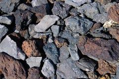 Черные, серые и красные вулканические камни на береге - изображении стоковые фото