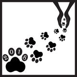 Черные собаки следов ноги в hands1 Стоковые Фотографии RF